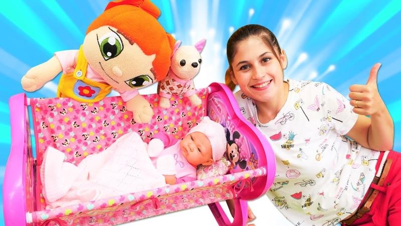 Ayşe Lilinin bebeğine beşik hediye ediyor! Oyuncak bebek bakma oyunu!