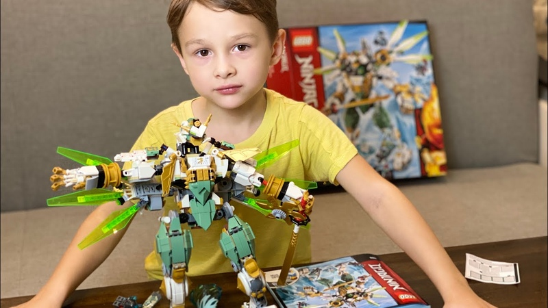 5 летний мальчик собирает большого робота Lego Ninjago