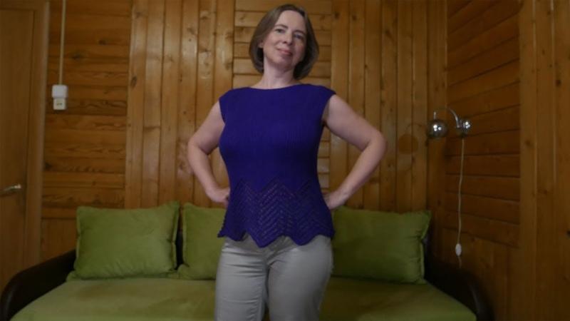 Фиолетовый топ, связанный по вертикали (от плеча к плечу)