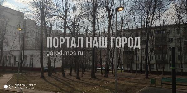 Коммунальные службы починили фонарь во дворе на Волгоградке
