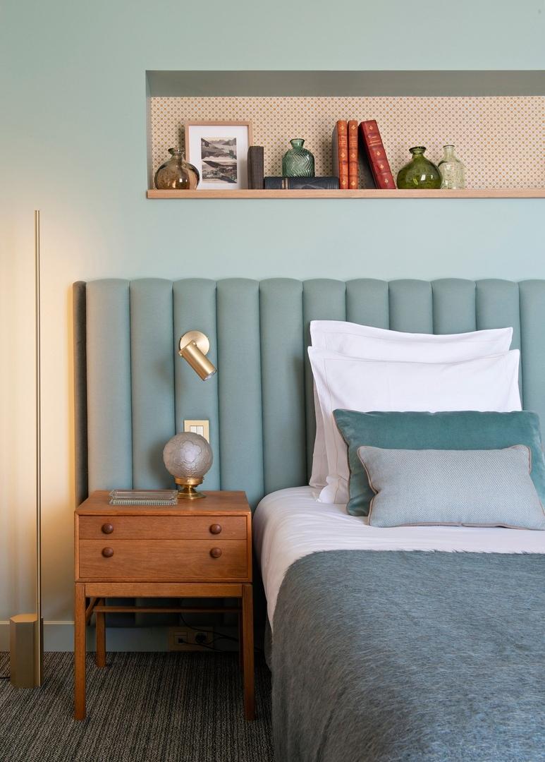 Спальни в голубых тонах: сочетание цветов в интерьере || 02