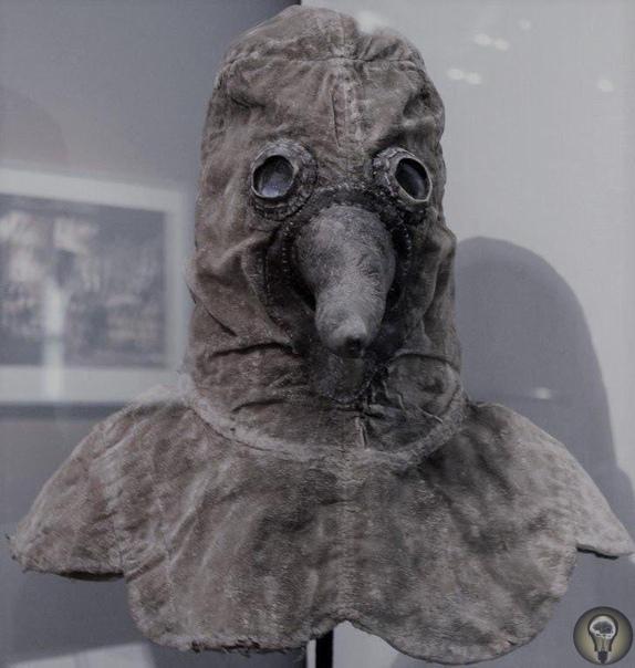 Известные всем чумные доктора носили специальную маску с клювом Однако этот клюв нужен был вовсе не для устрашения: в нем носили разнообразные сильно пахнущие вещества, например ткань,