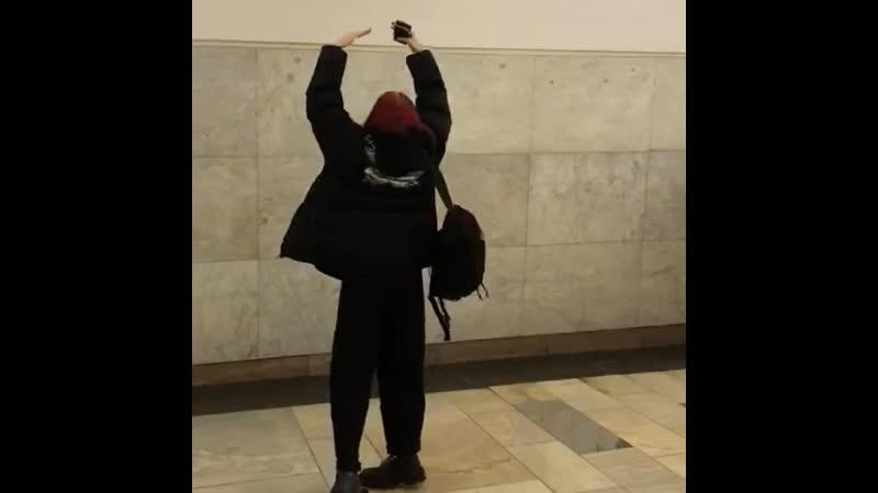 нищенка зарабатывает на жизнь танцами в метро