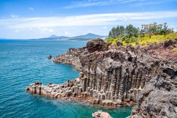 Остров Чеджу Если вы задаетесь вопросом, что посмотреть в Южной Корее, тогда вы еще не бывали на «острове трех изобилий». Несметные сокровища Чеджу это камни вулканического происхождения,
