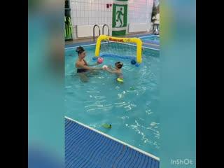 2х летний малыш на персональной тренировке в бассейне. Клуб Фитнес Тайм Кириши