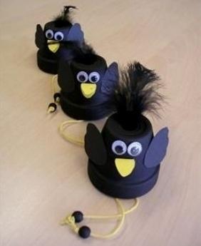 Вороны из стаканчиков Такие забавные поделки ворон можно делать с детьми 5-6 лет из пластиковых стаканчиковКрасим пластиковые стаканчики в черный цвет. Крылышки вырезаем из черной бумаги, клюв