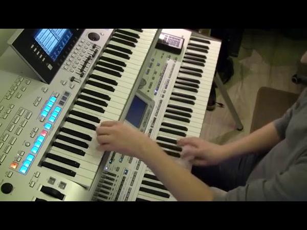 Офигенно играет на синтезаторе