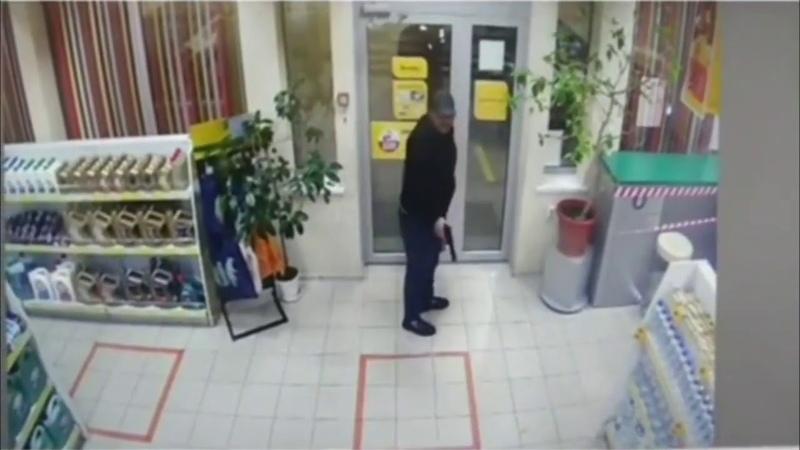 Двое с пистолетом напали на заправку в Георгиевском округе