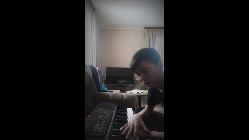 Играю на синтезаторе