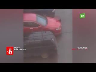 Бегали по парковке и пинали чужие авто. Очевидцы засняли детей в одном из районов Челябинска.