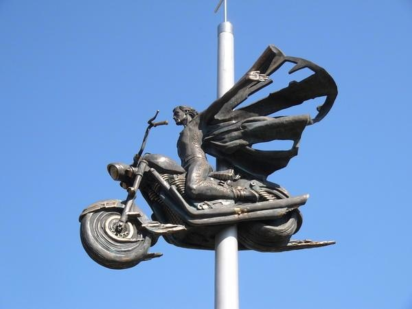 Памятники погибшим байкерам картинки