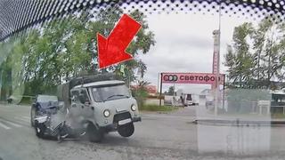 ДТП с двух камер: УАЗ при повороте не уступил дорогу Hyundai, который отскочил на минифургончик