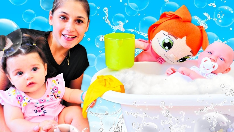 Banyo yapma oyunu Ayşe Defne'yi Lili Ela'yı banyo yaptırıyor Oyuncak bebek bakma videosu