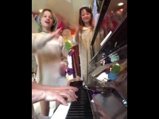 Дочки Миллы Йовович поют