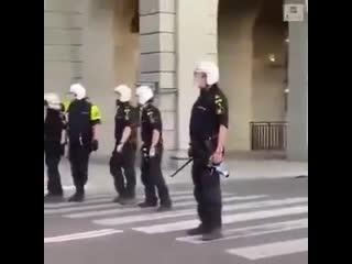 Протестующие в Швеции потребовали от полицейских встать на колени NR