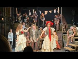 «С радостью», сцена из спектакля «Оливер Твист», детский музыкальный театр юного актера