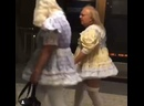 Пожилая парочка прогуливалась в странных нарядах