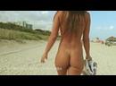 Голая девушка идёт на пляже с голой Попкой