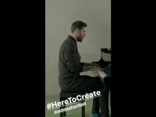 Лео исполняет гимн ЛЧ