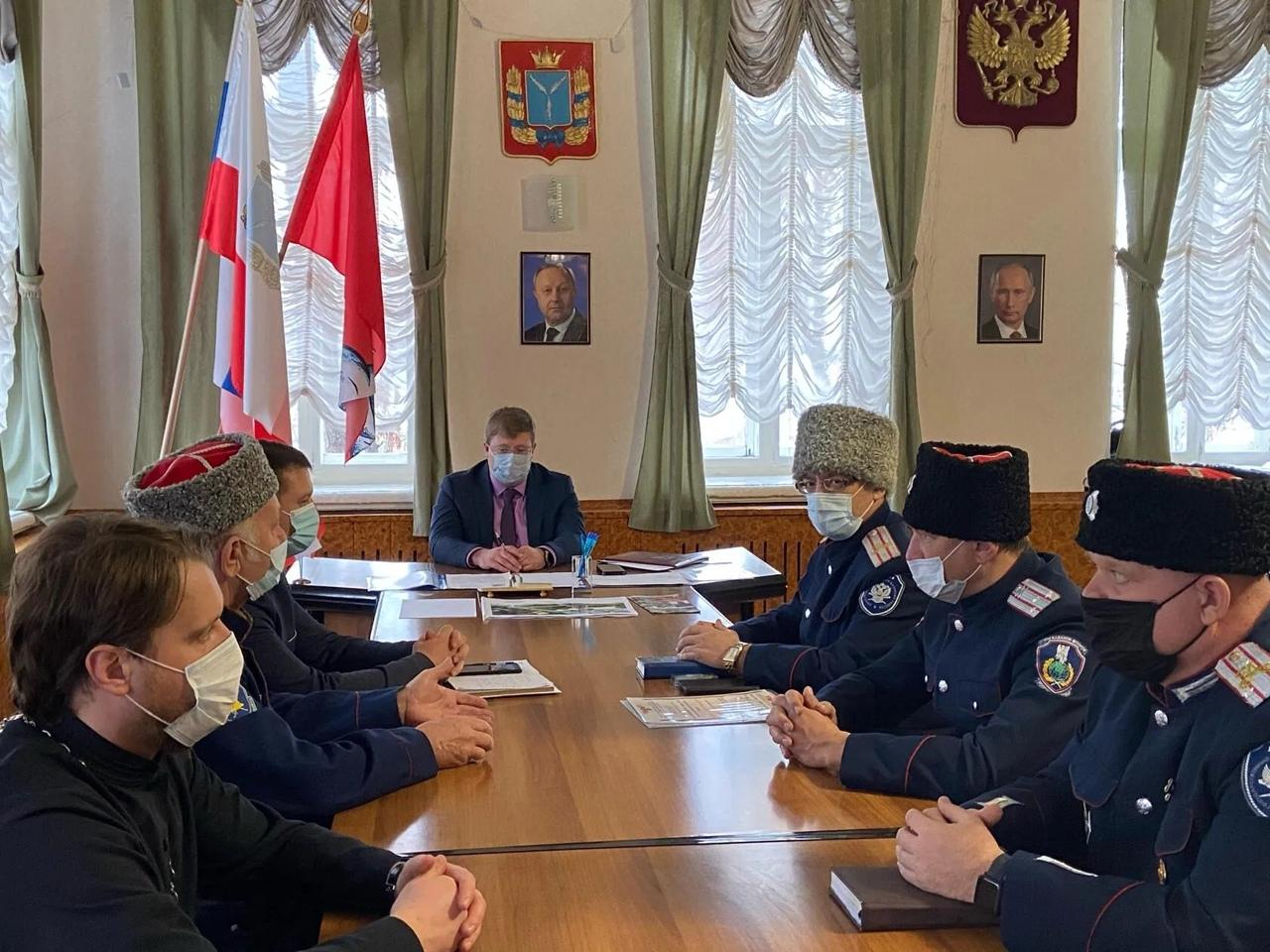 В администрации Петровского района обсудили сотрудничество с казачьим обществом области и района