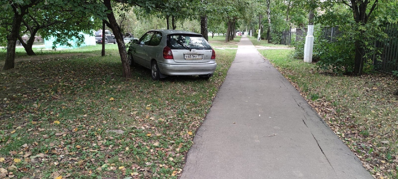 От автора: «Как считаете, почему некоторые водители себе позволяют такое? Улица Молодежная, между шк...