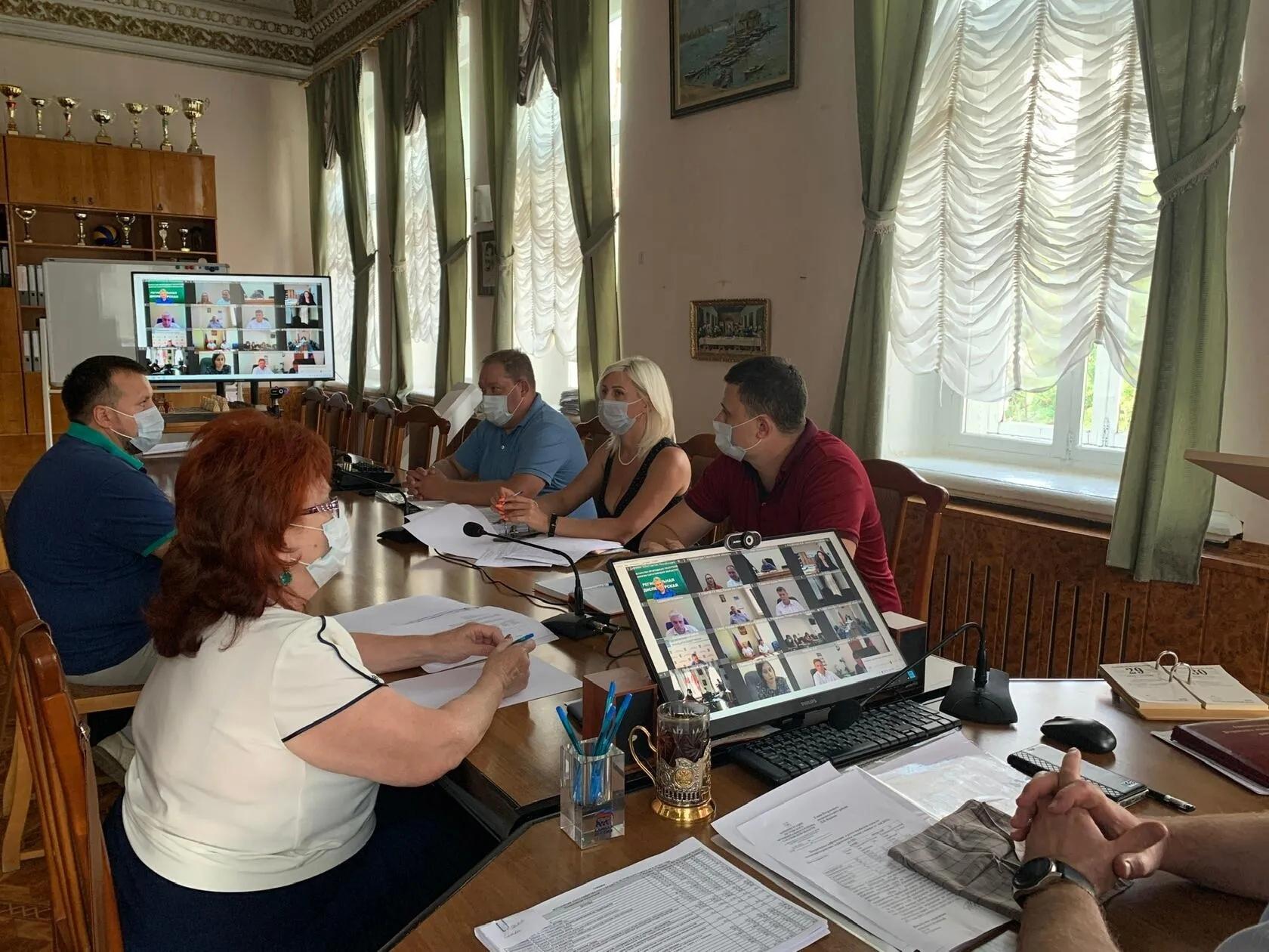 Сотрудники администрации Петровского района приняли участие в совещании с вице-губернатором Романом Бусаргиным
