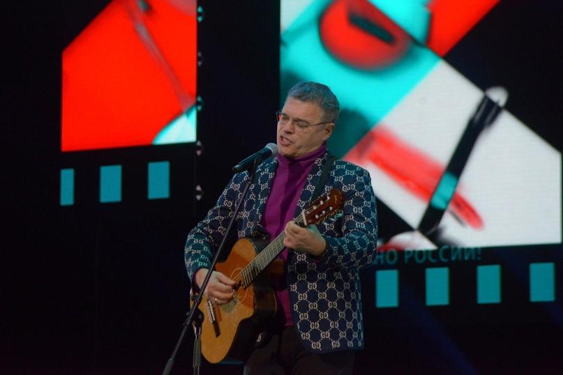Романс для Натальи Егоровой и гостей фестиваля исполняет актер Евгений Дятлов