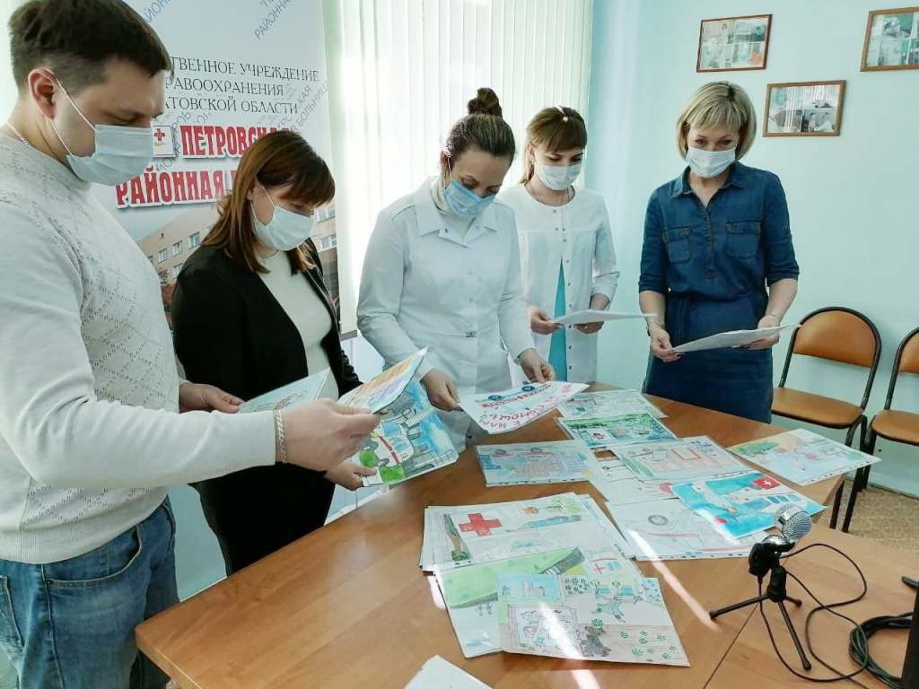 Рисунки юных петровчан -победителей районного конкурса подарили сотрудникам службы скорой помощи