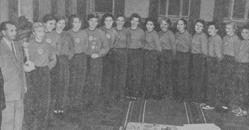 Женская команда Киева. Слева — Евгений Ивахин