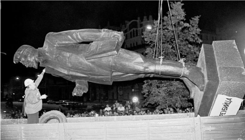 Памятник Дзержинскому не был единственным символом советского режима, от которог...