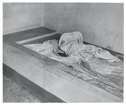 Камера психиатрической больницы Bella Vista в Филадельфии. В марте 1950 года в больнице произошел пожар, в результате которого погибли девять пациентов. Пять из них были прикованы наручниками к полу и не могли выбраться.