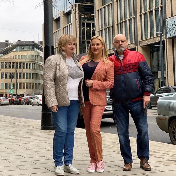 Анна Семенович поделилась снимком с мамой и папой!