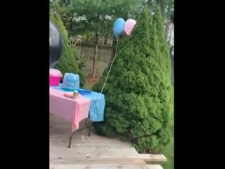Девочка не хочет лопать шарики 😋