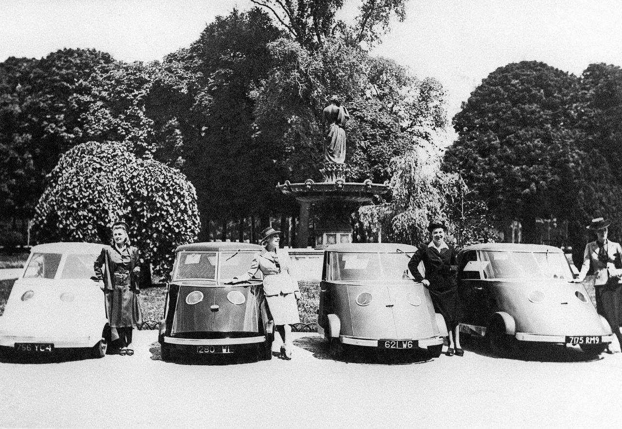 Электромобили «Pierre Faure Type PFA» на выставке в Париже, Франция, 31 мая 1941 года.