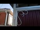 Кованые ворота из профнастила с калиткой по типу конверт в ограниченном проёме на одном столбе