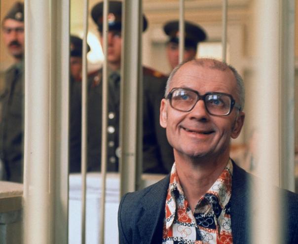 Андрей Чикатило родился в 1936 году на территории нынешней Сумской области на Украине Отец ушёл на войну, попал в плен, откуда его освободили. Когда мальчику не было и 10 лет, отца