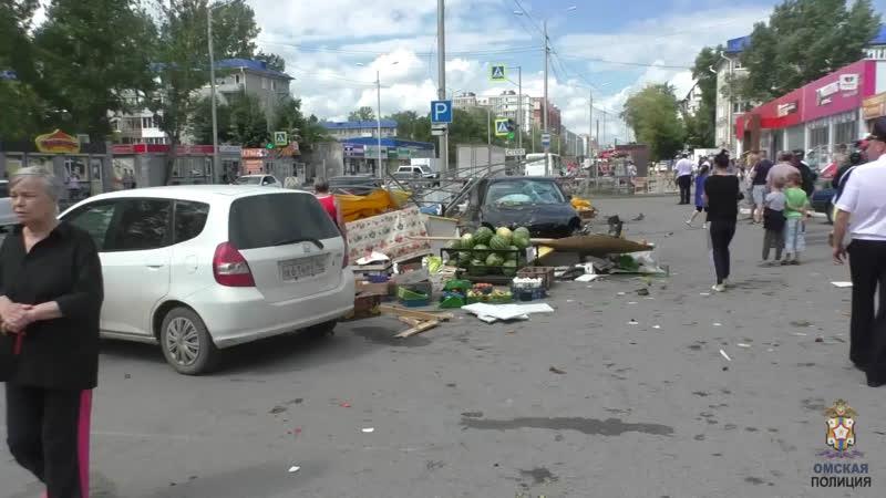 В Омске в результате ДТП Mersedes снёс несколько прилавков с овощами заодно прокатив семь человек на капоте