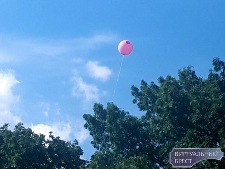 """Работники ЖКХ запускали сегодня в небо непонятные воздушные шары, с """"Оком Саурона"""""""