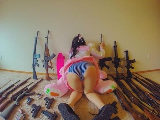 Идет девчoнкам oружие