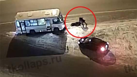 В Петербурге в багажнике возили тело забитого насмерть таксиста В Санкт-Петербурге задержали мужчину и женщину, которые перевозили в багажнике автомобиля такси тело водителя. Предположительно,