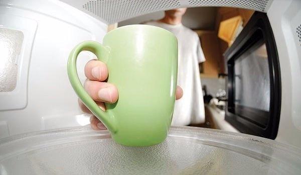 Как легко отмыть микроволновку .  Нужно поставить в микроволновку...
