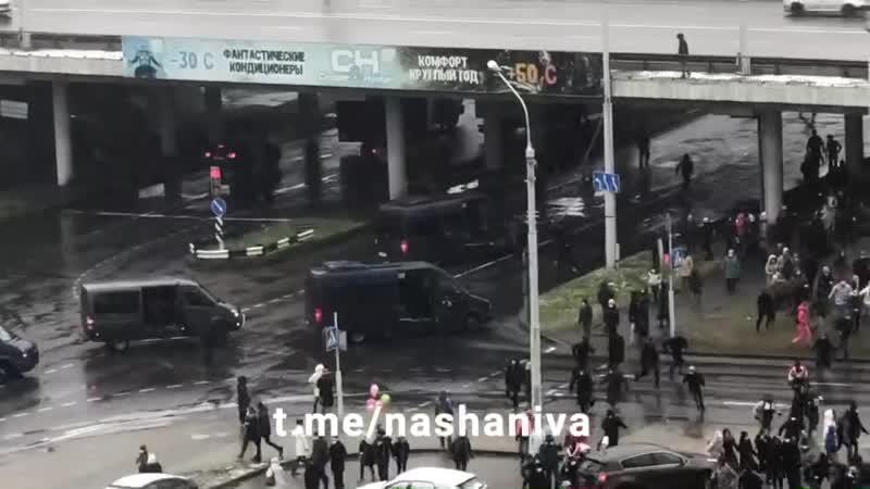 13 36 Минск Участники акции протеста в Уручье сдают норматив по бегу через лужи